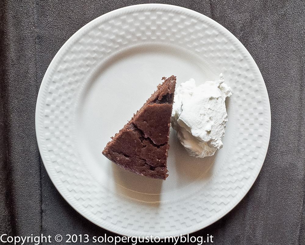 Mini torta calda al cacao con panna montata