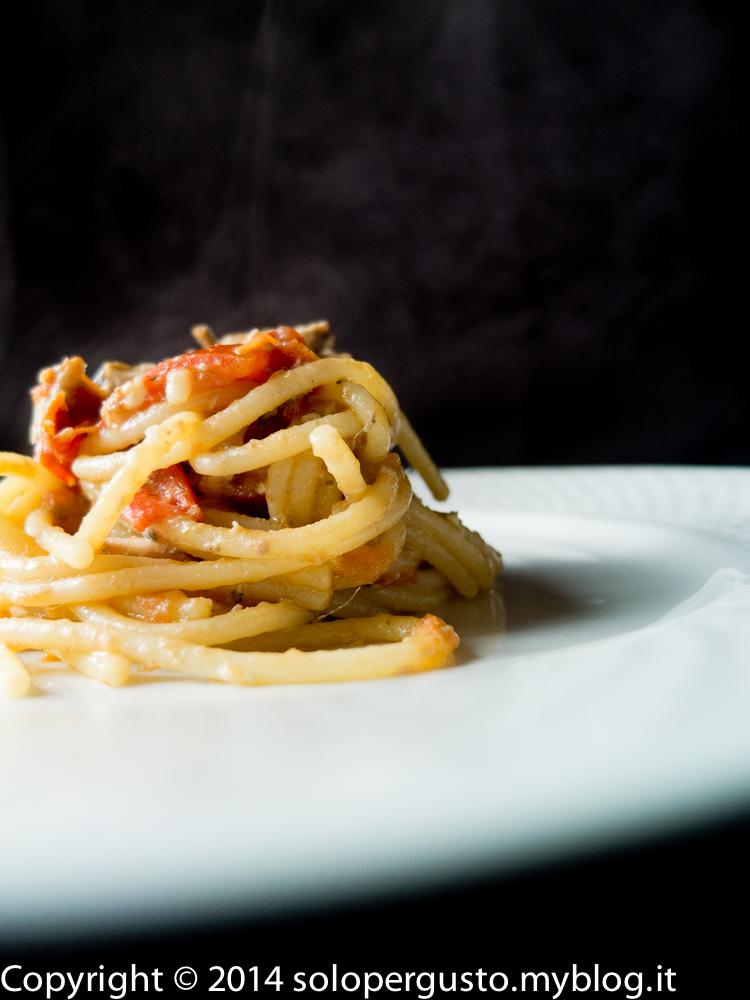 Pasta alici e pomodori di Pachino e guai a voi se dite solo pachino.