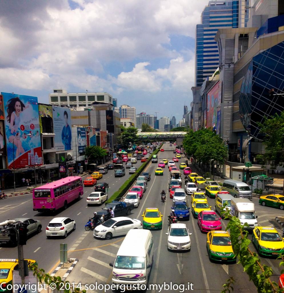 Muoversi a Bangkok: tuk tuk, taxi e affabili passanti.