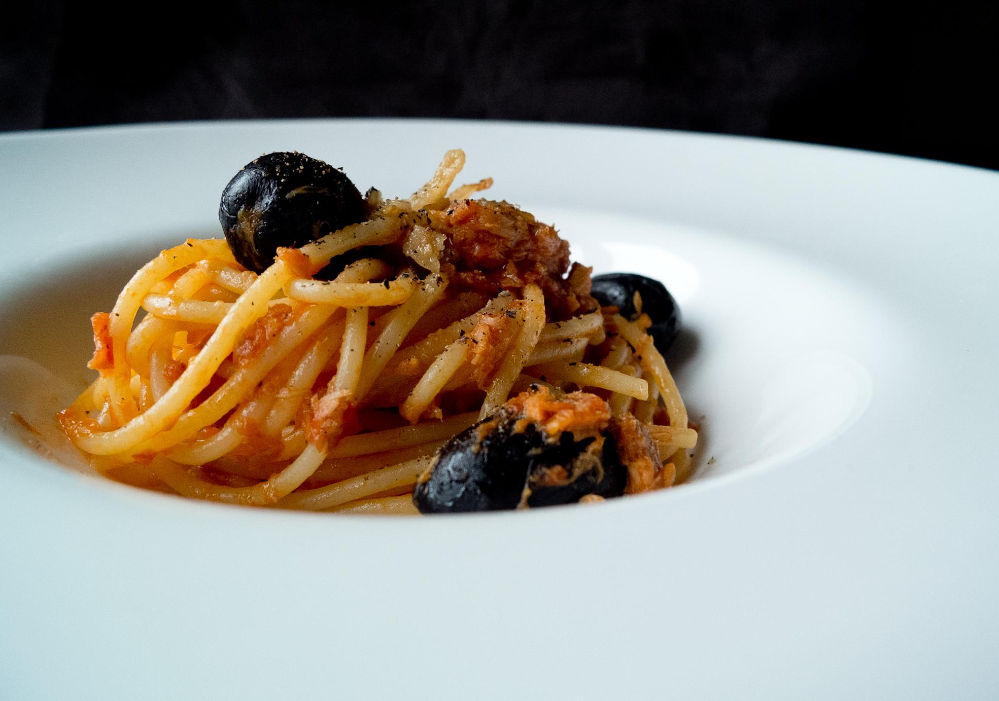 Mica la solita pasta col tonno: spaghetti con tonno, lardo e olive.