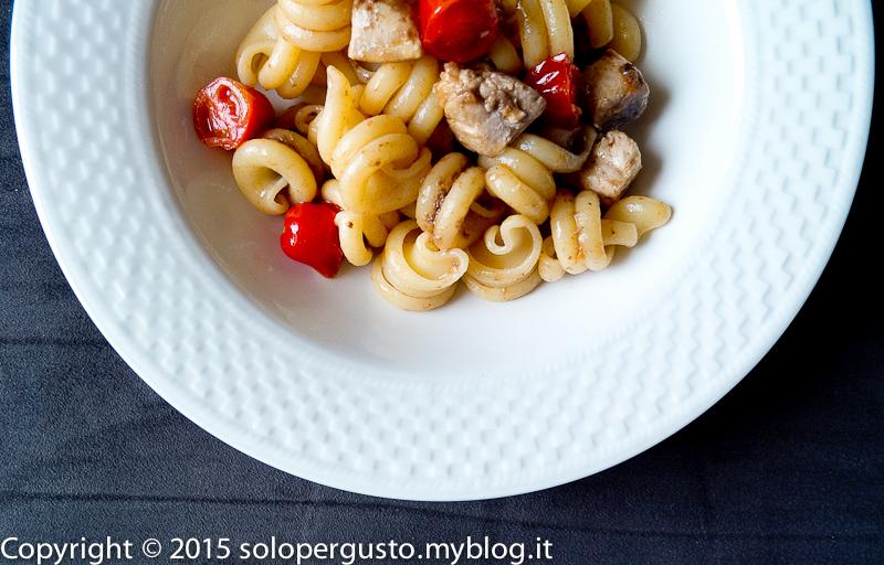 Pasta tonno fresco, pomodorini e patè di olive